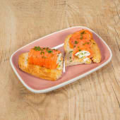 Rollito Lateral: salmón ahumado relleno de mascarpone y manzana