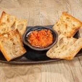 Pan cristal con ajo y tomate