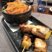 Brochetas de salmón y verduras de la huerta