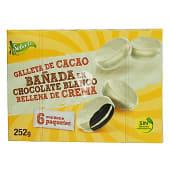 Galleta de cacao bañada en chocolate blanco y rellena de crema