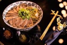 Soupe de vermicelles de riz au bœuf mariné du chef