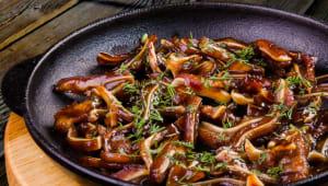 Смажені свинячі вушка в гостро-солодкому соусі (150г)