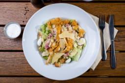 Salată iceberg cu piept de curcan crocant
