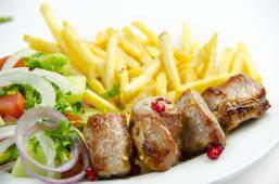 ღორის მწვადი კიტრი-პომიდვრის სალათთან ერთად