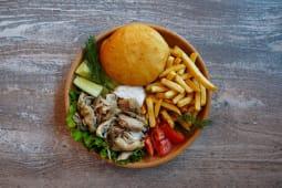 Бауырдак на тарелке с курицей