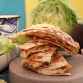 Quesadilla de Tinga (Pollo) con Aguacate (2 uds)