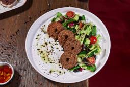 Салат із свіжих овочів з хрумким фалафелем (195г)