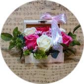 Aranjament Floral cu Trandafiri de culoare Alba si Roz