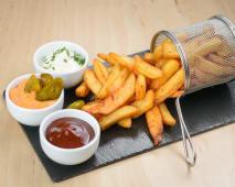 Cartofi prajiti cu sos cheddar & jalapeno