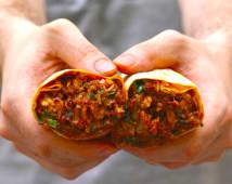 Burrito pastor con cebolla morada y cilantro