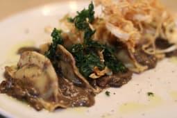 Ravioli de Vitela com cogumelos frescos e molho trufado