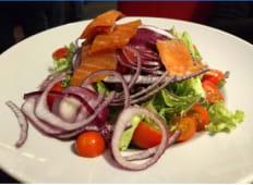 Smoked salmón salad