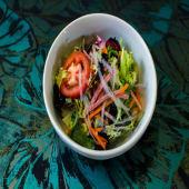 Ensalada de lechuga con zanahoria, jamón y algas de soja