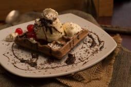 Waffle con mousse de chocolate y crema