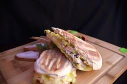 Sandwich cu piept de curcan afumat