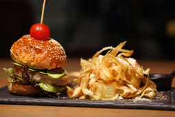 Burger cu file de ton
