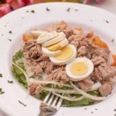 Ensalada de atún, rúcula, tomate, cebolla y huevo