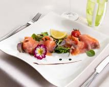 Salmone marinato agli agrumi di Sicilia su insalatina di stagione