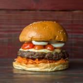 38. Hamburguesa con queso, tomate cherry y zanahoria rallada