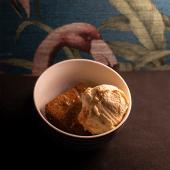 Brownie de pistachos con helado de vainilla