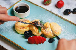 Нежные сырники со свежими ягодами