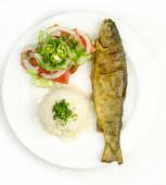 შემწვარი კალმახი თეთრ ბრინჯთან და კიტრი-პომიდვრის სალათთან ერთად