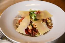 Salată Caesar cu bacon crocant