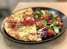 Omlet z gorgonzolą, burakiem pieczonym i orzechami włoskimi