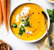 Zuppa orientale di lenticchie rosse con menta e peperoncino
