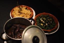 Entrecosto em vinha d' alhos com arroz de carqueja e grelos