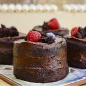 Pastelito de chocolate y fruta de temporada