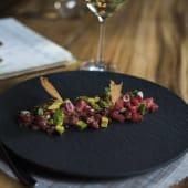 Tartar de atún rojo con cítricos y alcaparra frita