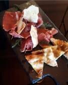 Prosciutto crudo tagliato al coltello e pizza romana