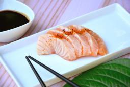 Sashimi salmón spicy (5 piezas)