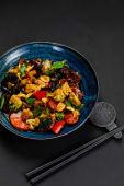 Овочі смажені в вок з соєвим соусом і часником (330г)