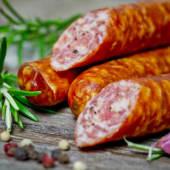 Carnati de porc afumati usor picanti
