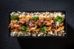 Kebun de pui cu orez, sos oriental și pătrunjel