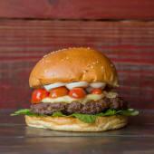 39. Hamburguesa con queso, rúcula, tomate cherry y huevo duro