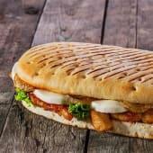 Bocata de pechuga de pollo a la plancha con queso fundido