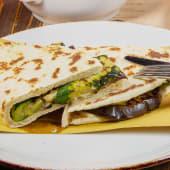 Piadina mozzarella e verdure alla griglia