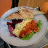 Скрембл з томатами чері і міксом салатного листя