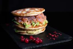 Pancake con salmone e avocado