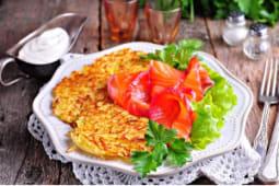Картофельные драники с ветчиной и микс-салатом