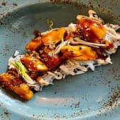 Pollo teriyaki sobre arroz basmati