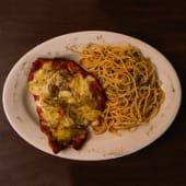 Milanesa De Pollo Napolitana Con Spaghettini Aglio E Olio