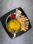 Orez cu legume si piept de pui in crusta de parmezan si susan