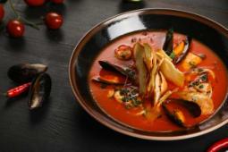 Томатный суп с морепродуктами и хрустящими тостами
