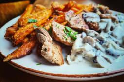 Muschiulet, cartofi dulci prajiti si sos gorgonzola cu ciuperci