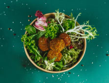 Салат з овочами та фалафелем