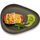 Lomo de salmón sobre tomate, puré de aguacate con mango